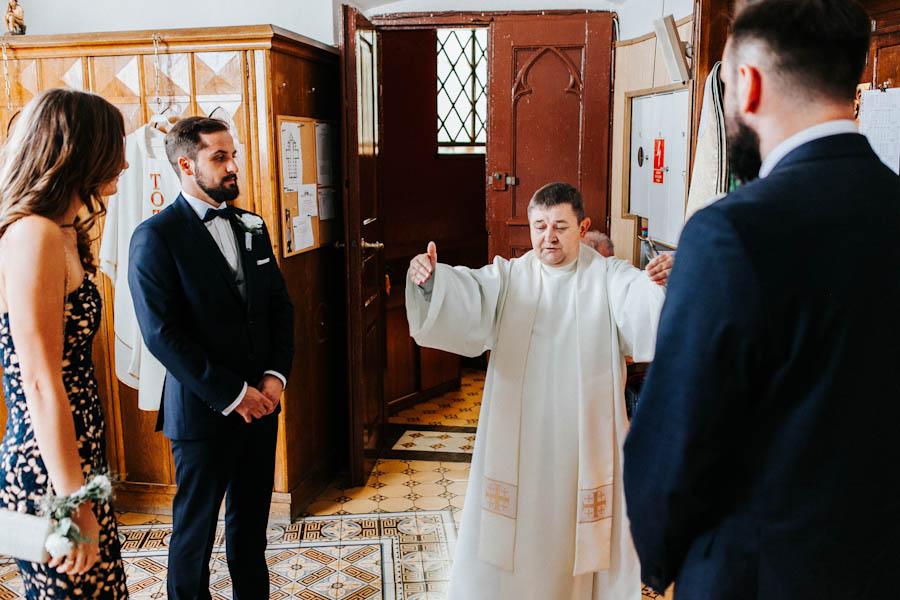 Chwila przed ślubem w zakrystii.