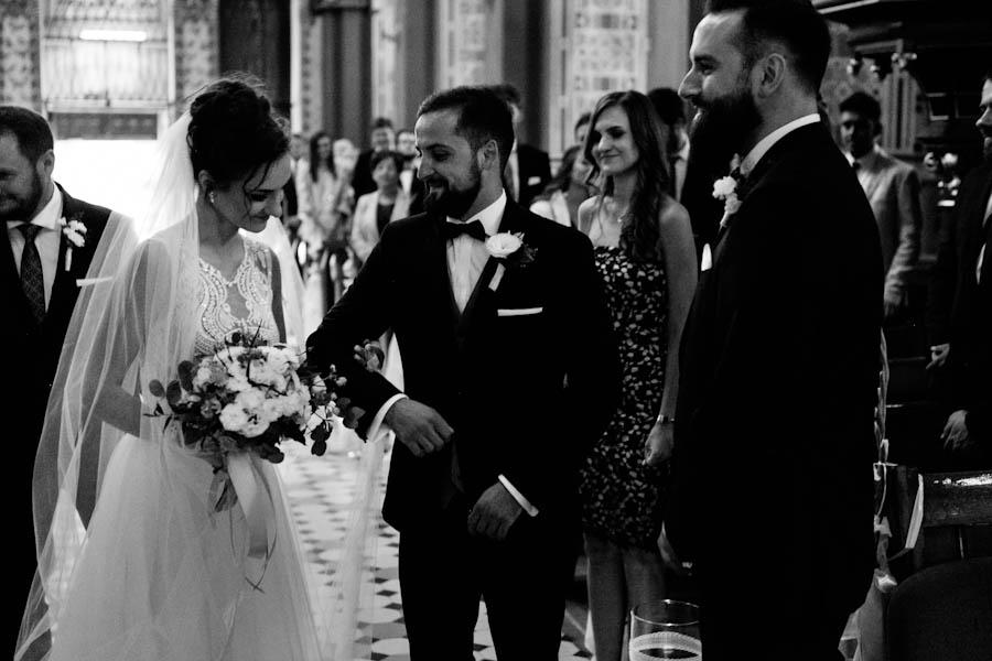 pan młody i panna młoda przed rozpoczęciem ślubu