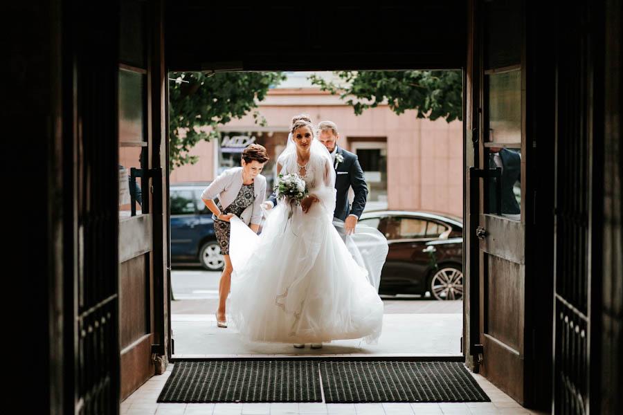 Panna młoda z ojcem przed wejściem do kościołem