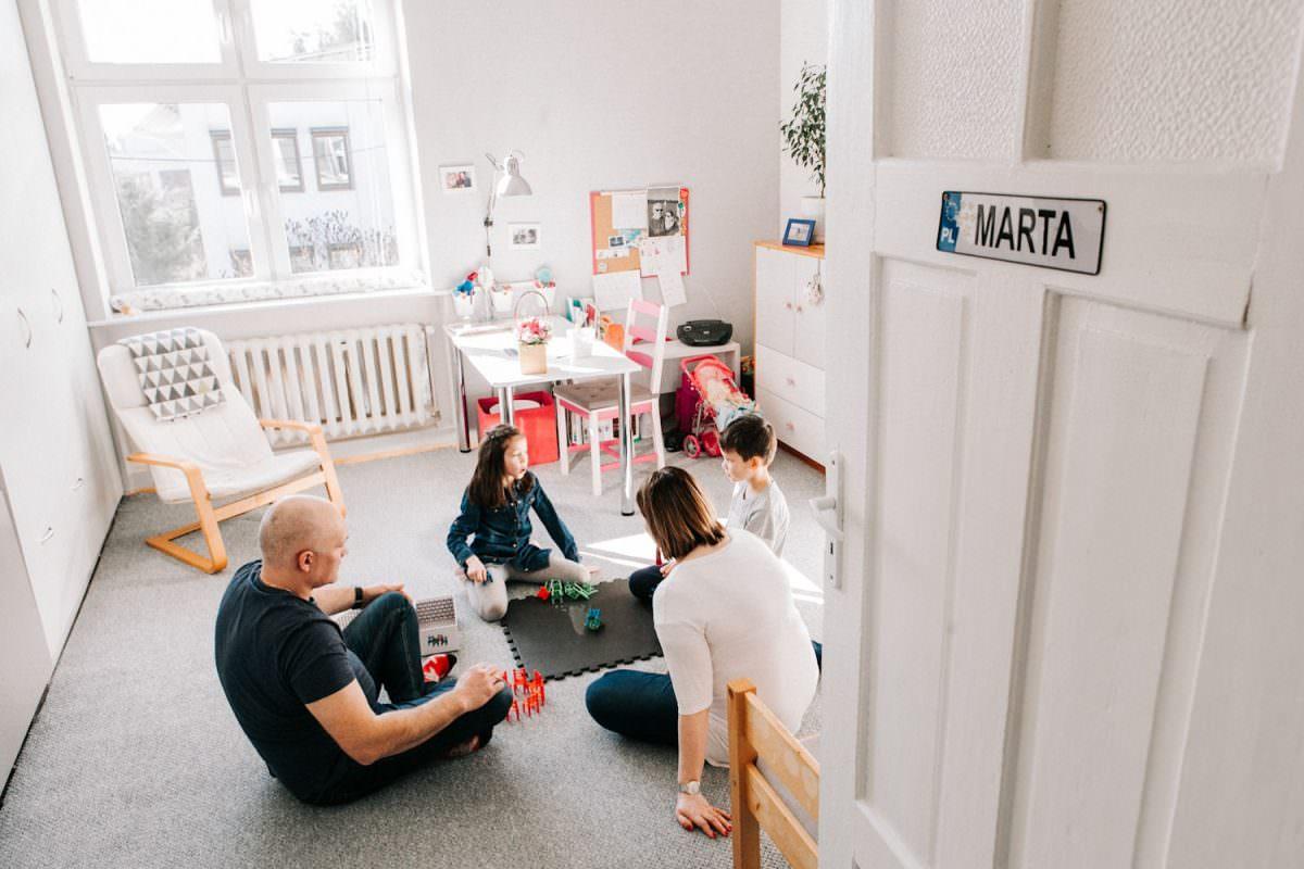 gry i zabawy w czasie rodzinnej sesji zdjęciowej w Poznaniu