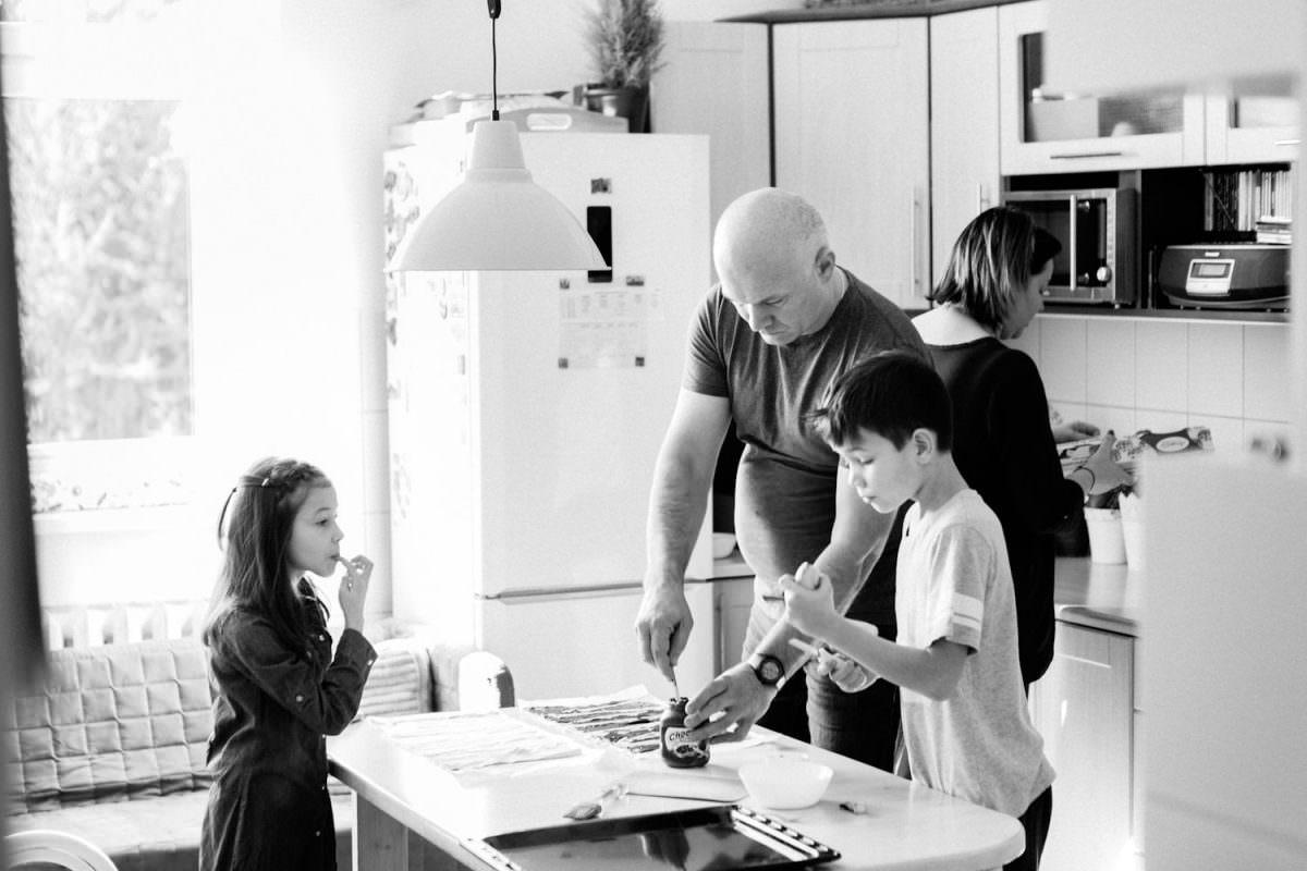 rodzinne przygotowywanie rogalików w czasie sesji lifestylowej