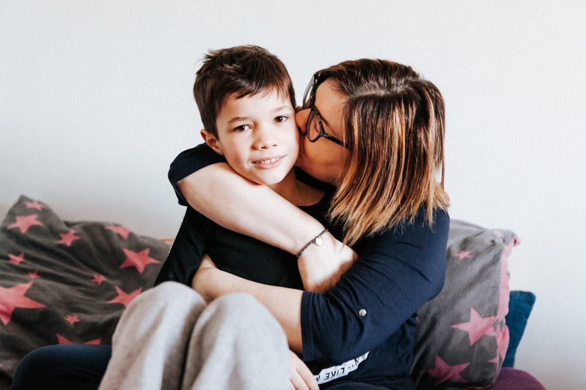 mama z synem w czasie lifestylowej sesji zdjęciowej